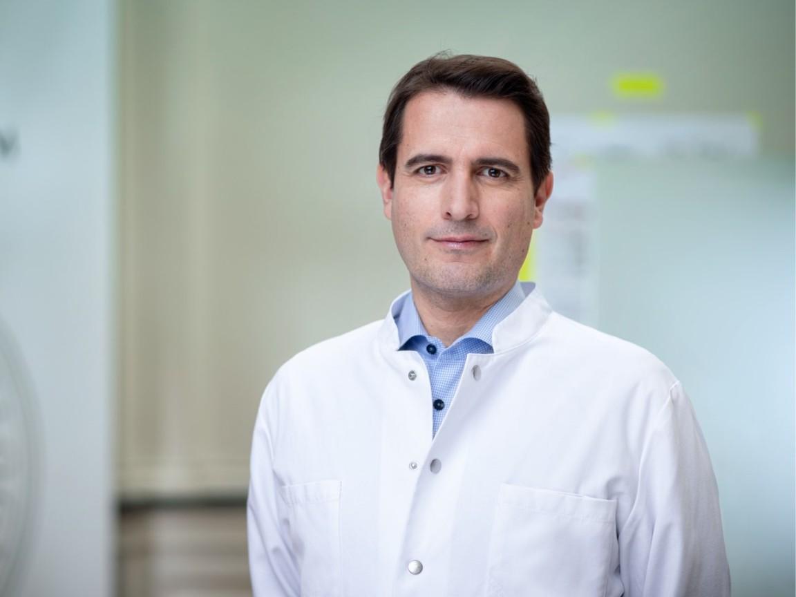 """Priv.-Doz. Dr. med. Lars Müller:  """"Ich empfehle, Krampfadererkrankungen rechtzeitig zu untersuchen und zu behandeln, bevor es zu einer Venenschwäche, deutlichen Hautveränderungen oder Entzündungen kommt.  Ebenso, um dann eventuell lebenslang notwendige Therapiemaßnahmen, zum Beispiel das Tragen von Kompressionsstrümpfen, zu vermeiden."""""""